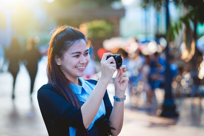 カメラをとっている女性の写真