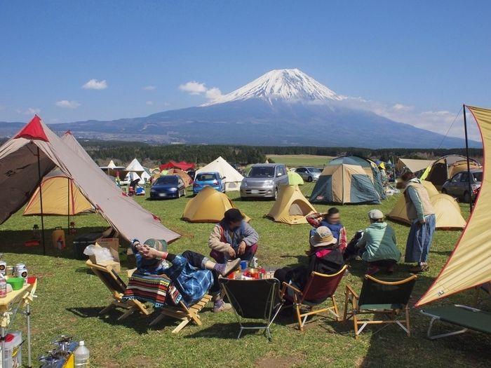 富士山の裾野でのキャンプの様子