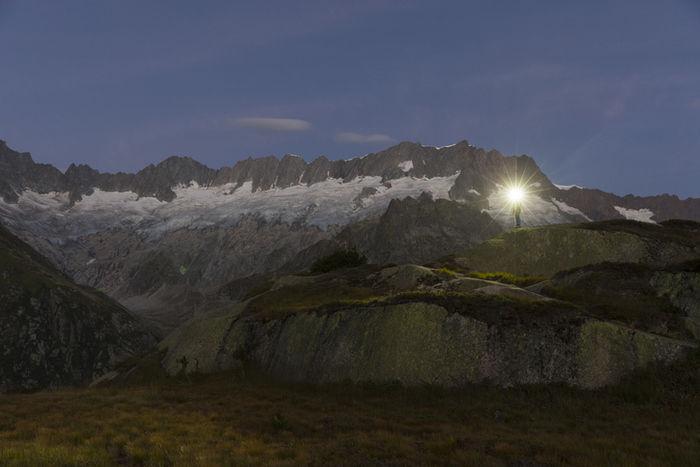 ヘッドライトをつけて登山をしている人の写真