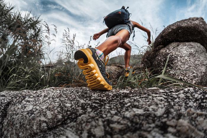 ハイキングしている人の足