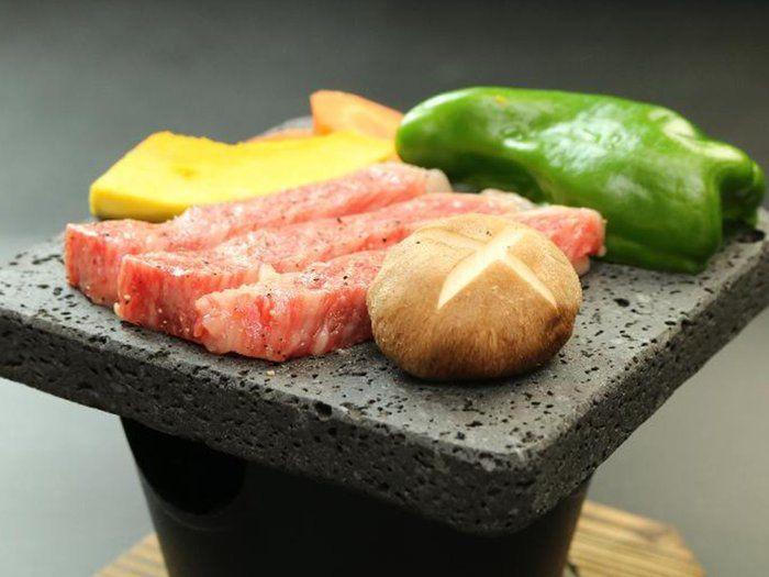 富士山の溶岩プレートに食材がのっている様子