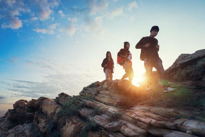 登山している三人