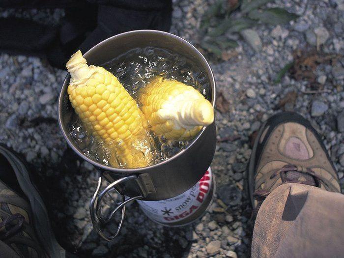 スノーピークのアルミ鍋で調理する様子