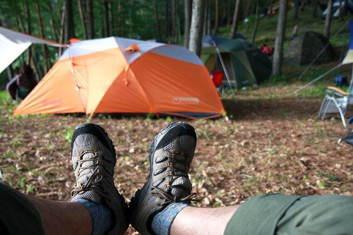 ゴアテックススニーカーを履いて足を伸ばしている写真