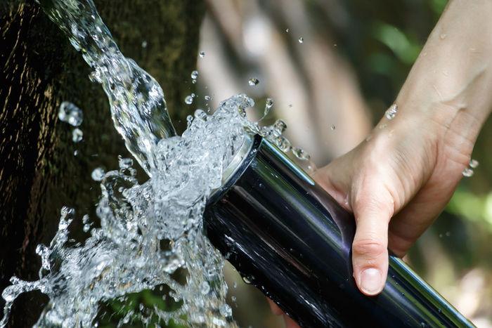 水を水筒に入れている様子