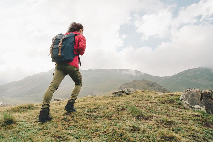 山をのぼる女性