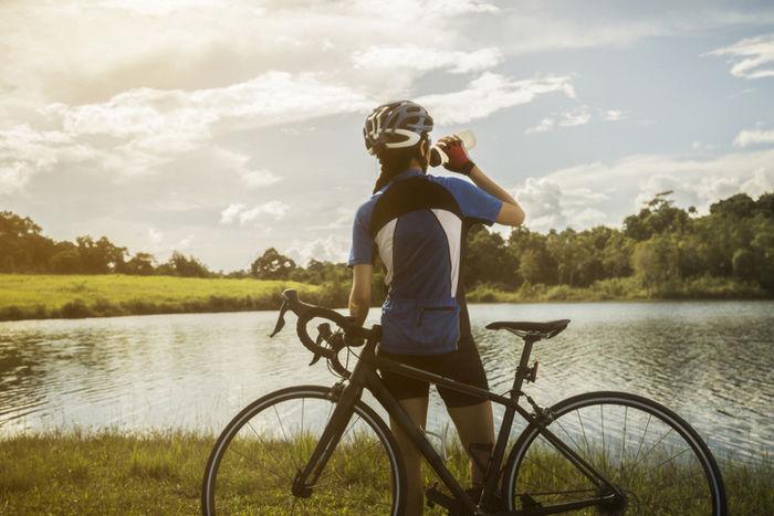サイクリング中に水分を補給している人