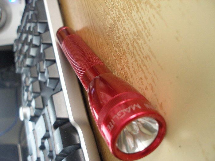 机の上に置いてあるマグライト