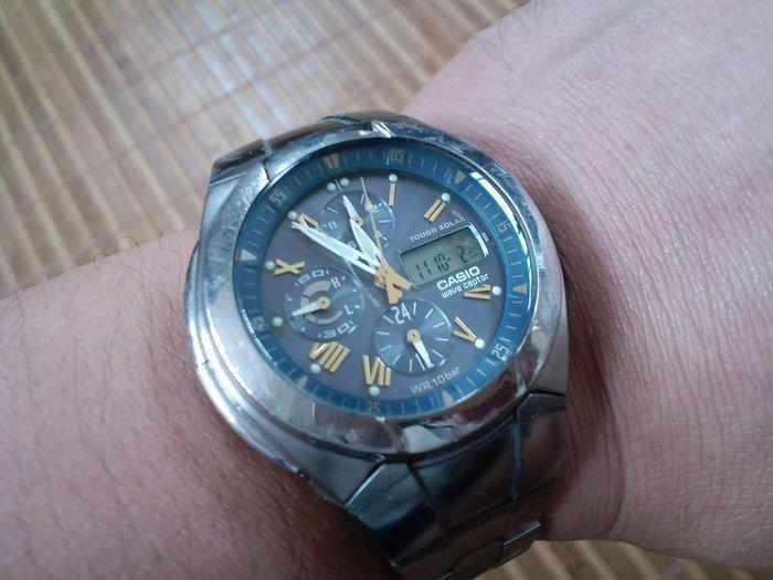 腕時計をつけている写真