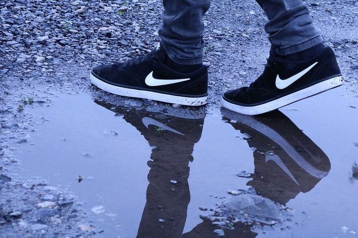 水たまりを歩くナイキのスニーカー