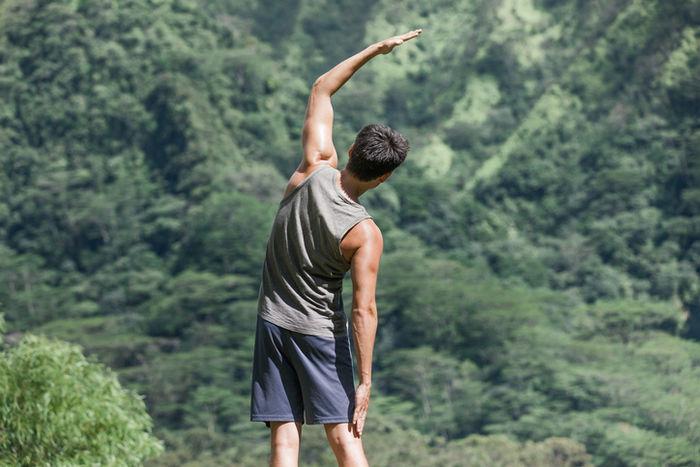 夏に運動のストレッチをしている男性の写真