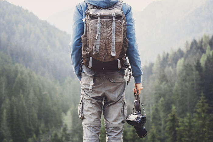 山の中でカメラを持っている男性