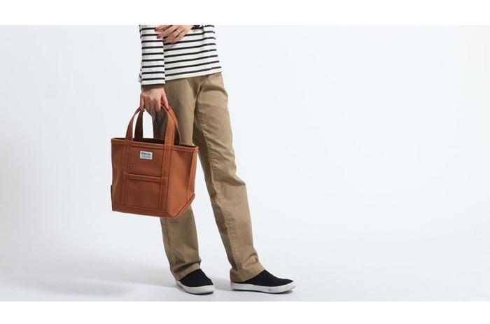 オーシバルのバッグを持った女性
