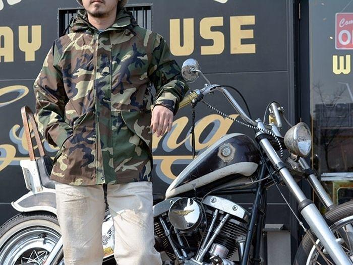 ECWCSのウェアを着用した男性とバイク