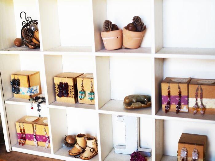 小物が飾られた収納ボックス
