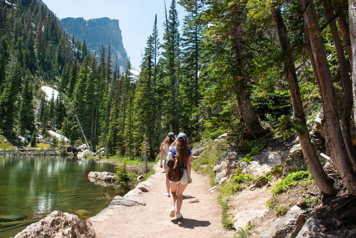 ハイキングをしている女性達
