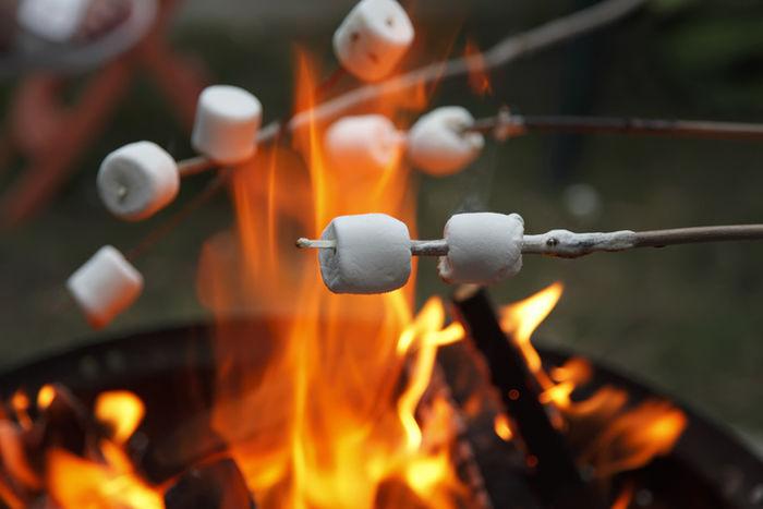 マシュマロを火で炙っている写真