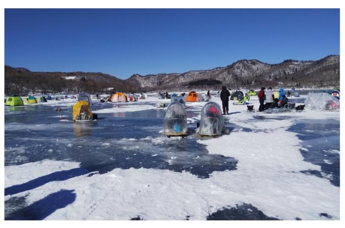 氷上でのワカサギ釣りの様子