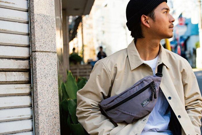 MEIのバッグを持った男性