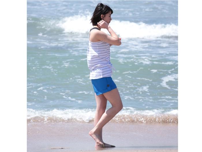 サーフパンツを履いた女性