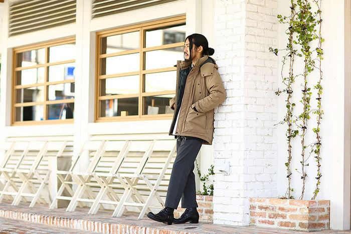 ナンガのタキビダウンジャケットを着用した男性