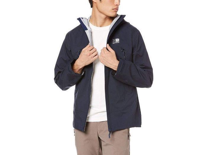 カリマーのジャケットを羽織った男性