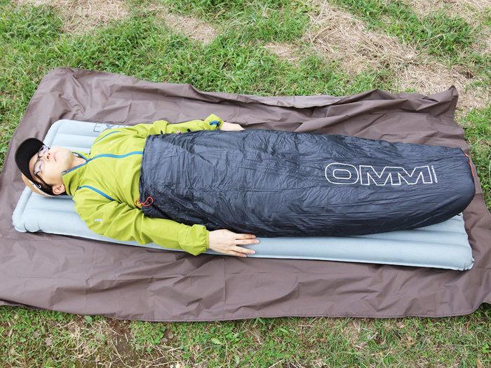 OMMのマウンテンレイドフードジャケットを使用している様子