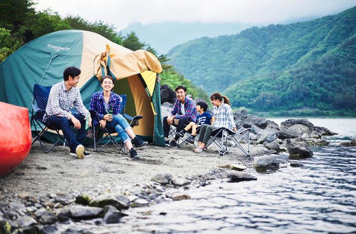 川沿いでキャンプを楽しむ家族