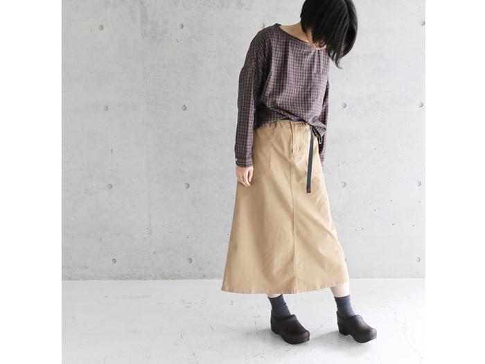 グラミチのスカートをはいた女性