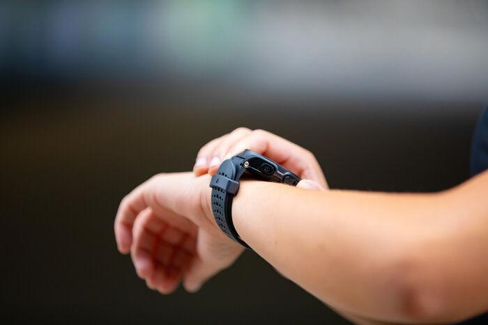 腕時計を見ている人の画像