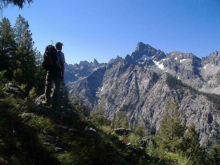 山の景色を堪能する男性