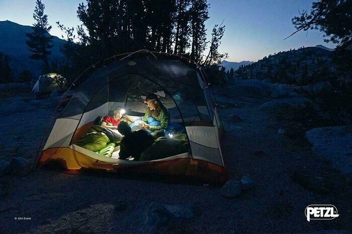 テントでライトを使う人