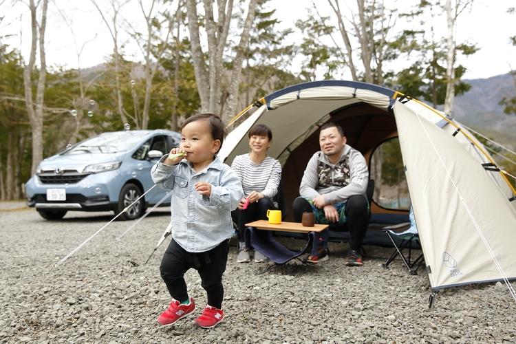 テントの前で子供が遊んでいる様子