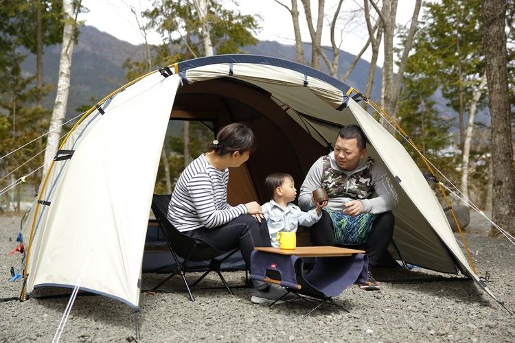 テントの前室で過ごしている家族