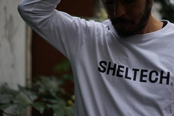 白いSHELTECH(R)のTシャツを着用している男性