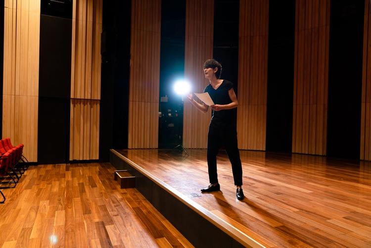 一人で舞台に立つ男性