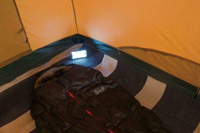 テント内でLEDランタンを使う様子