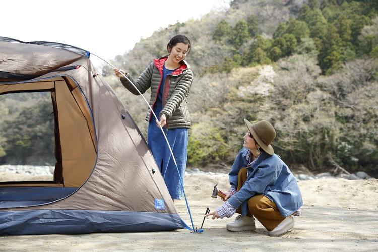 女性2人でテントを設営している様子