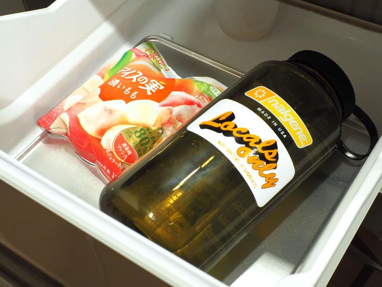 水を入れたナルゲンを冷凍庫に入れる様子
