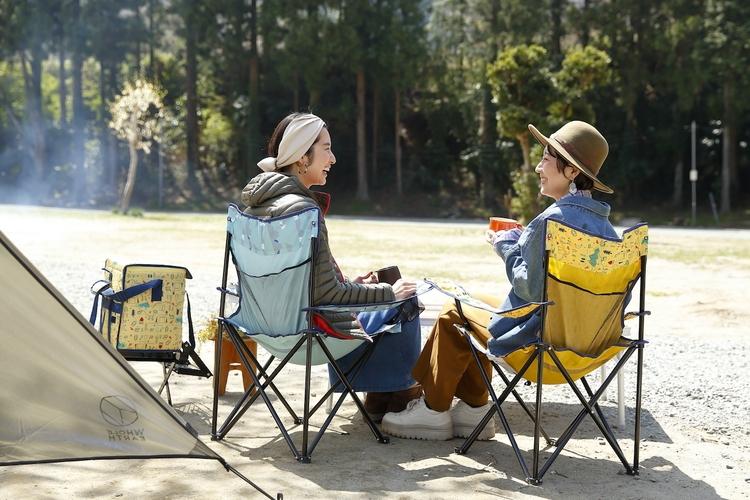 キャンプ場で談笑している女子キャンパー