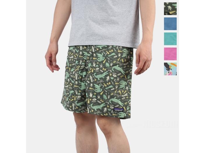 パタゴニアのバギーズショーツを履いた男性