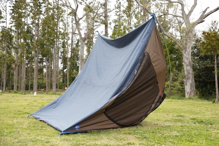 テントを裏返して乾かしている様子