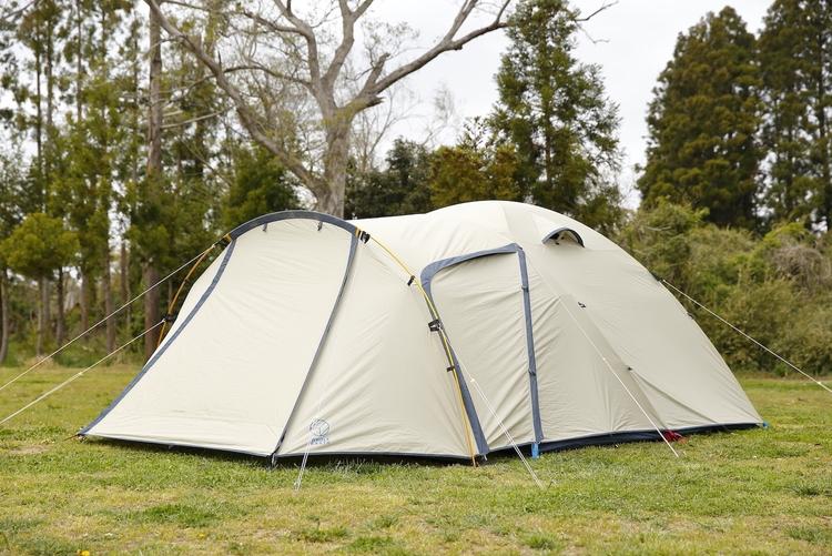キャンプ場に設営されたホールアースのテント