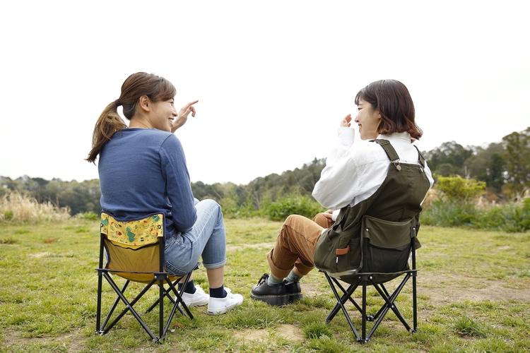 椅子に座って談笑する女性