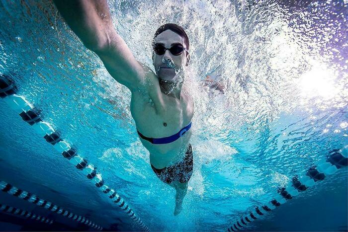 心拍計を着けて水泳する男性
