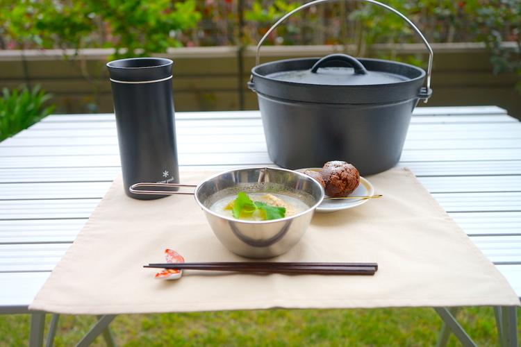庭に作られた食卓