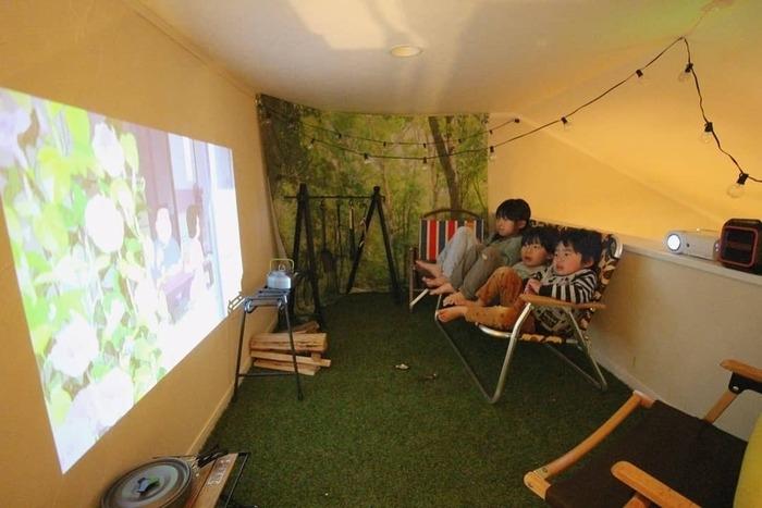おうちキャンプを楽しむ子供たち