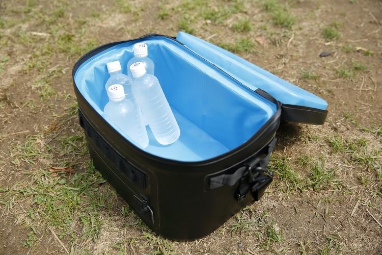 クーラーボックスに氷ペットボトルが入っている