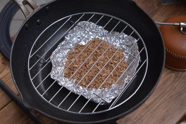 燻製料理がつくれるフライパン