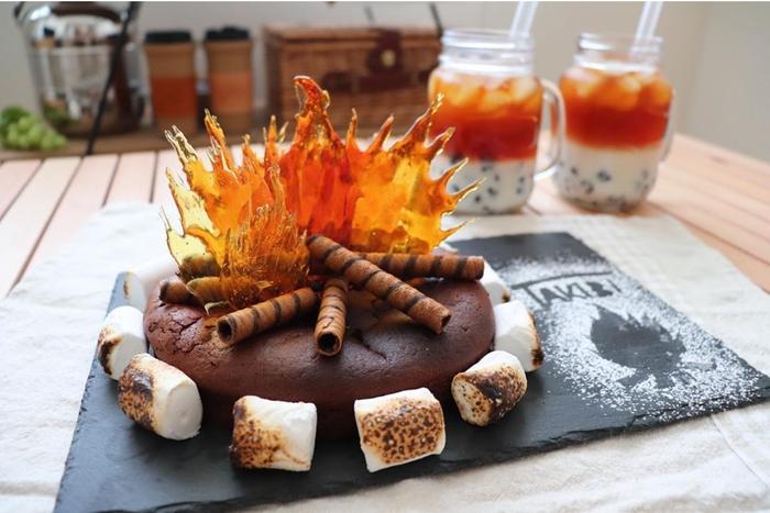 チョコレートケーキでできた焚き火